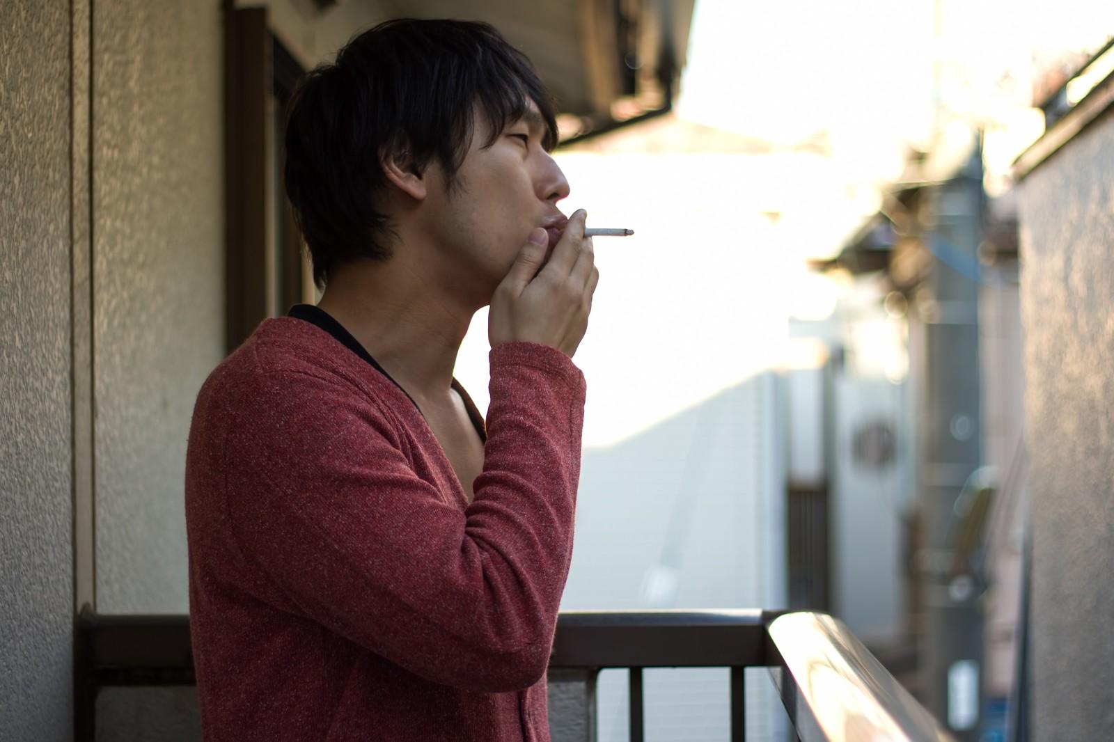 男性がタバコを吸っている写真