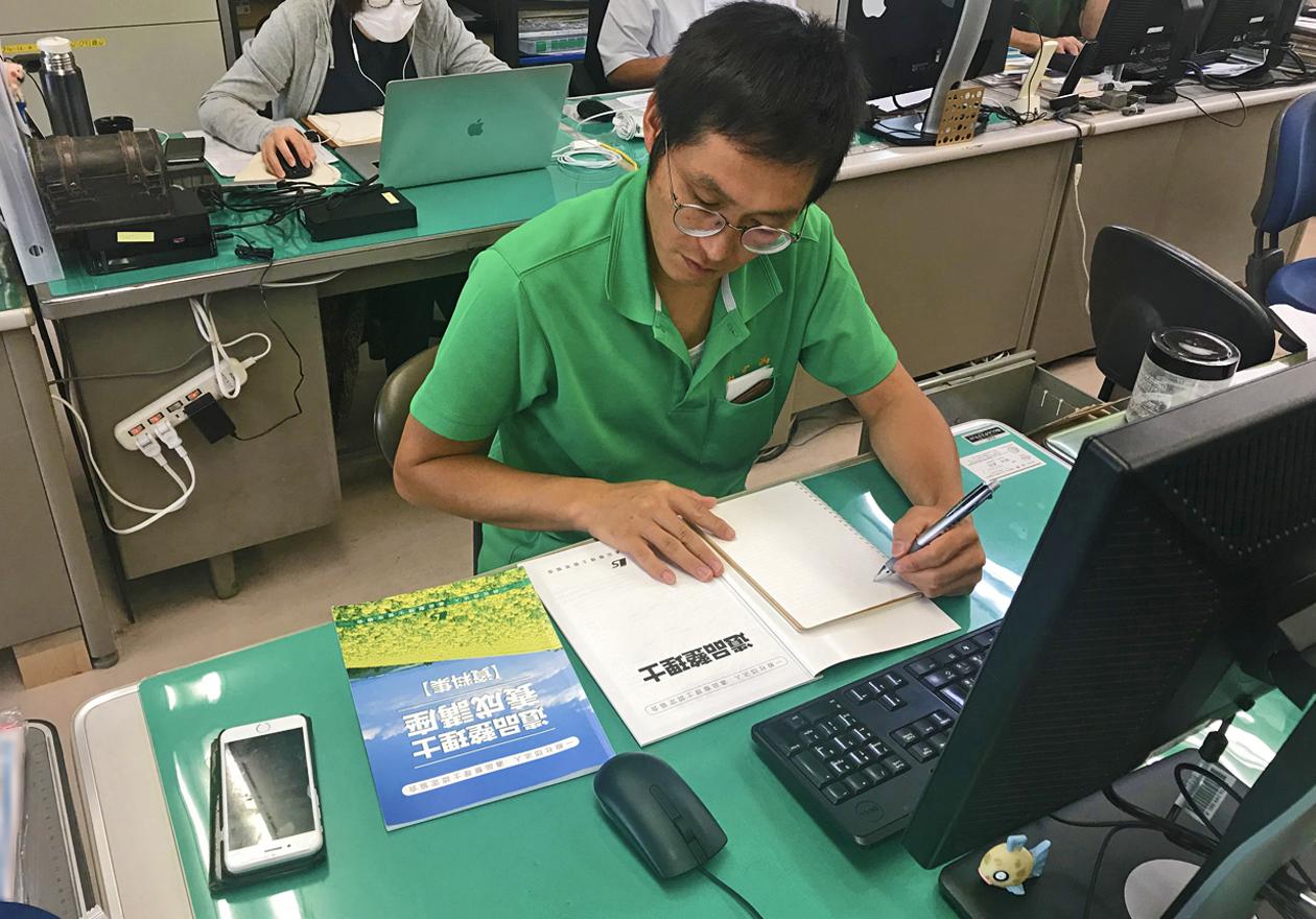 デスクに座る岡本さんの写真