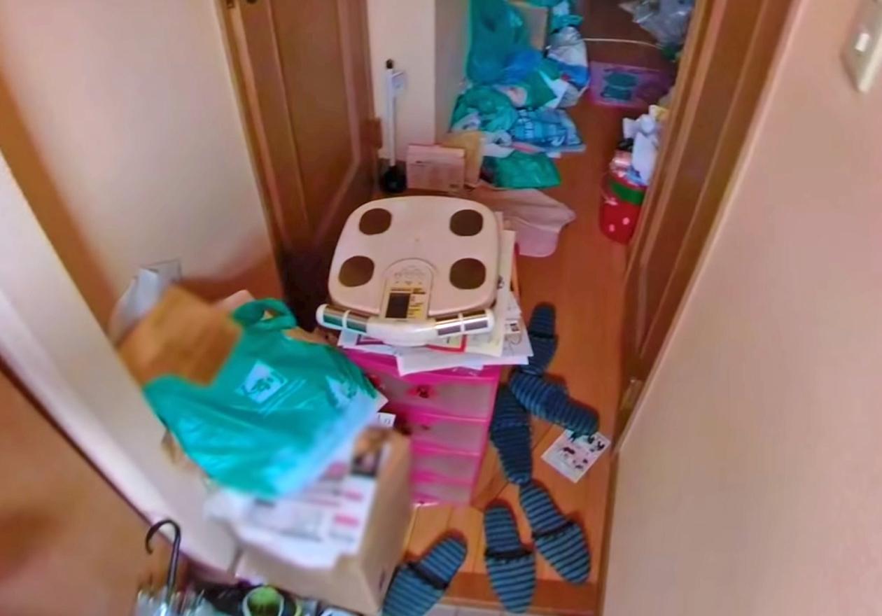 衣類やダンボール、資源ゴミいっぱいのワンルーム!作業前、廊下の画像