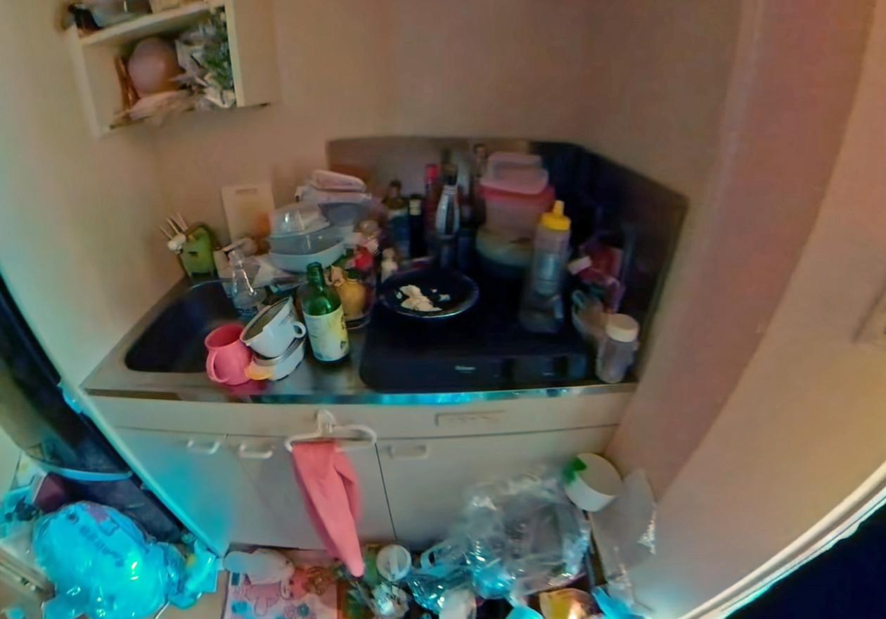 衣類やダンボール、資源ゴミいっぱいのワンルーム!作業前、台所の画像