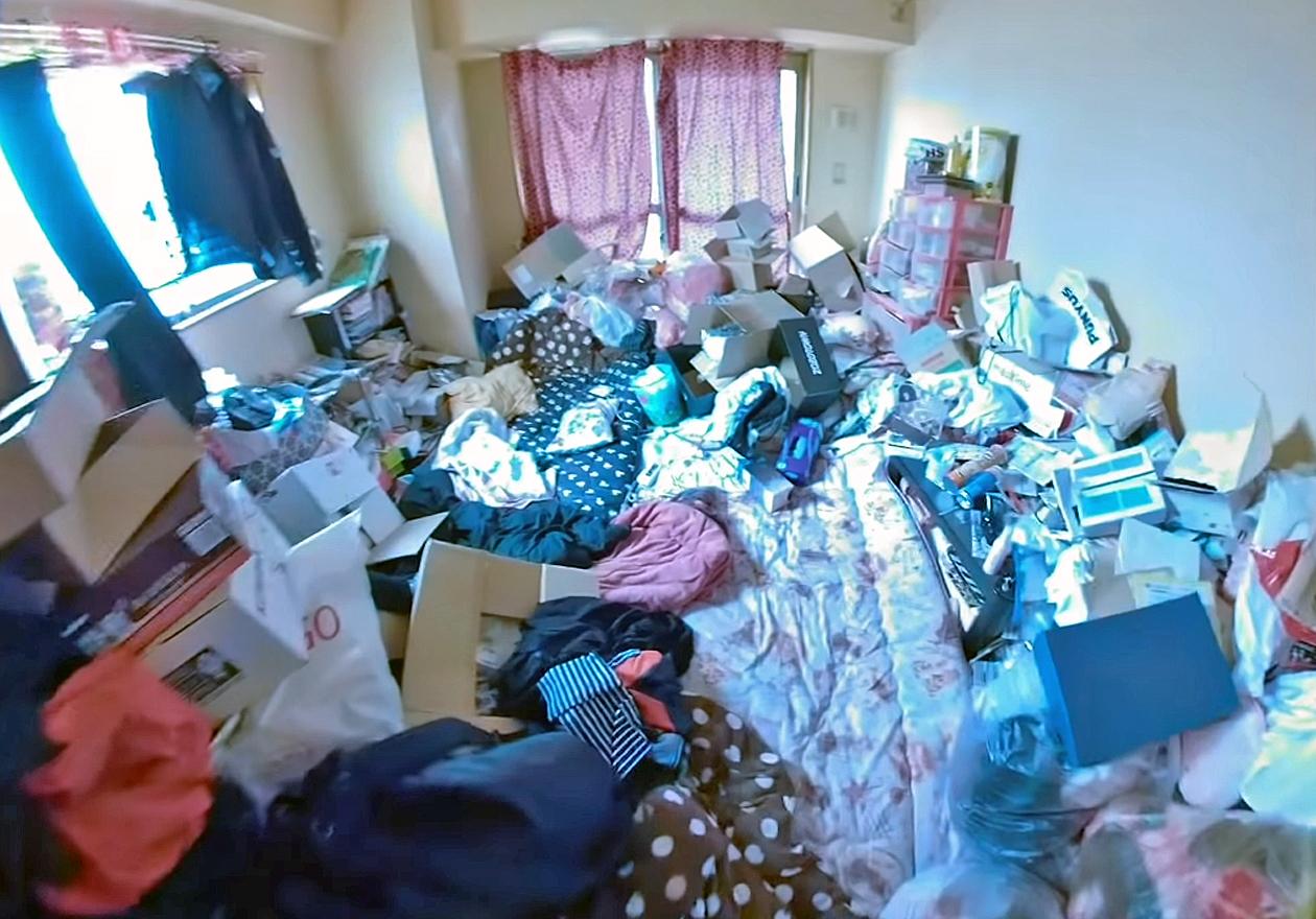 衣類やダンボール、資源ゴミいっぱいのワンルーム!作業前、リビングの画像