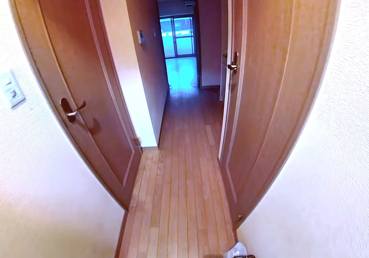衣類やダンボール、資源ゴミいっぱいのワンルーム!清掃完了後、廊下の画像