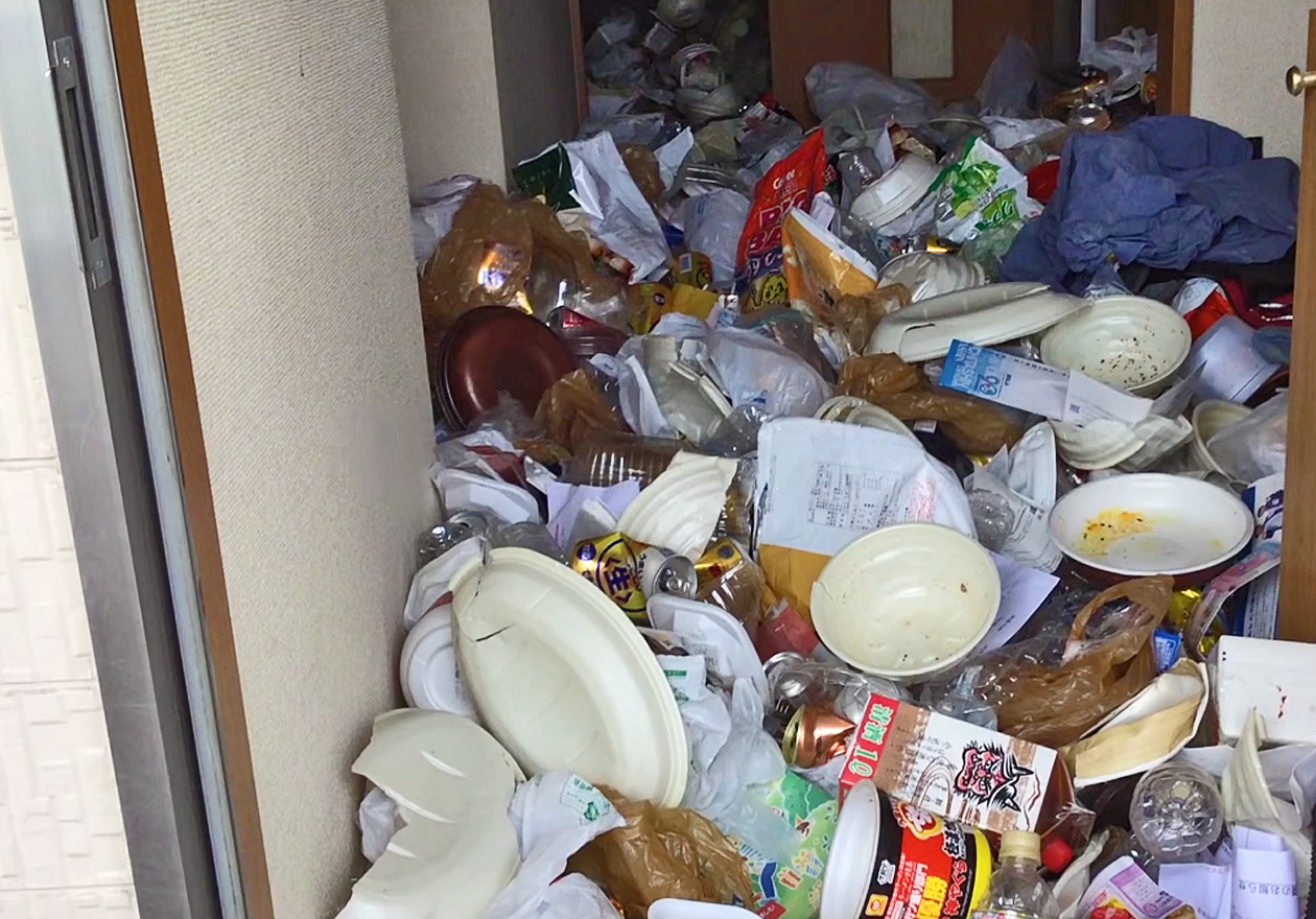 5年分の缶と可燃ゴミで溢れたゴミ屋敷!作業前、玄関の画像