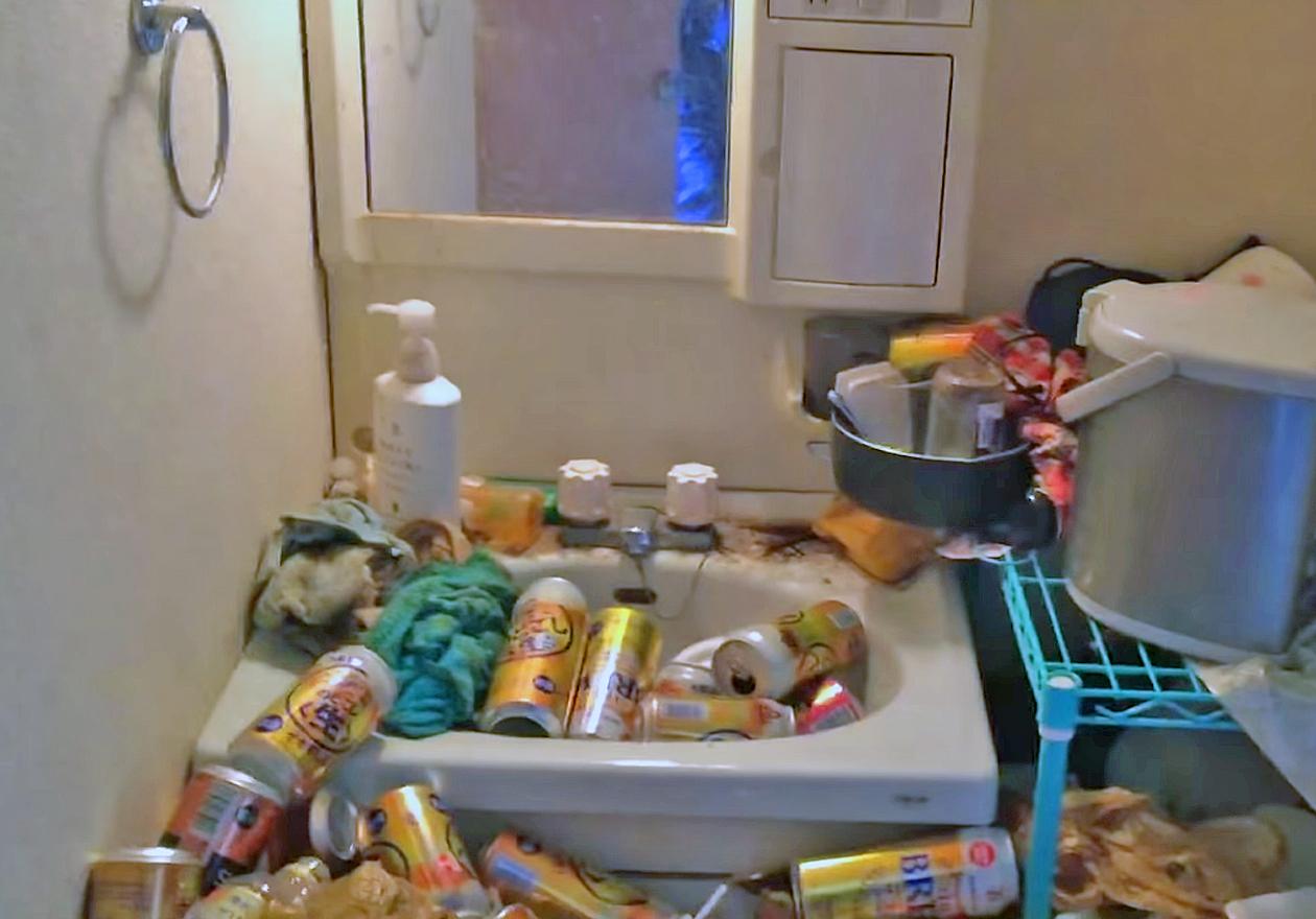 5年分の缶と可燃ゴミで溢れたゴミ屋敷!作業前、洗面所の画像