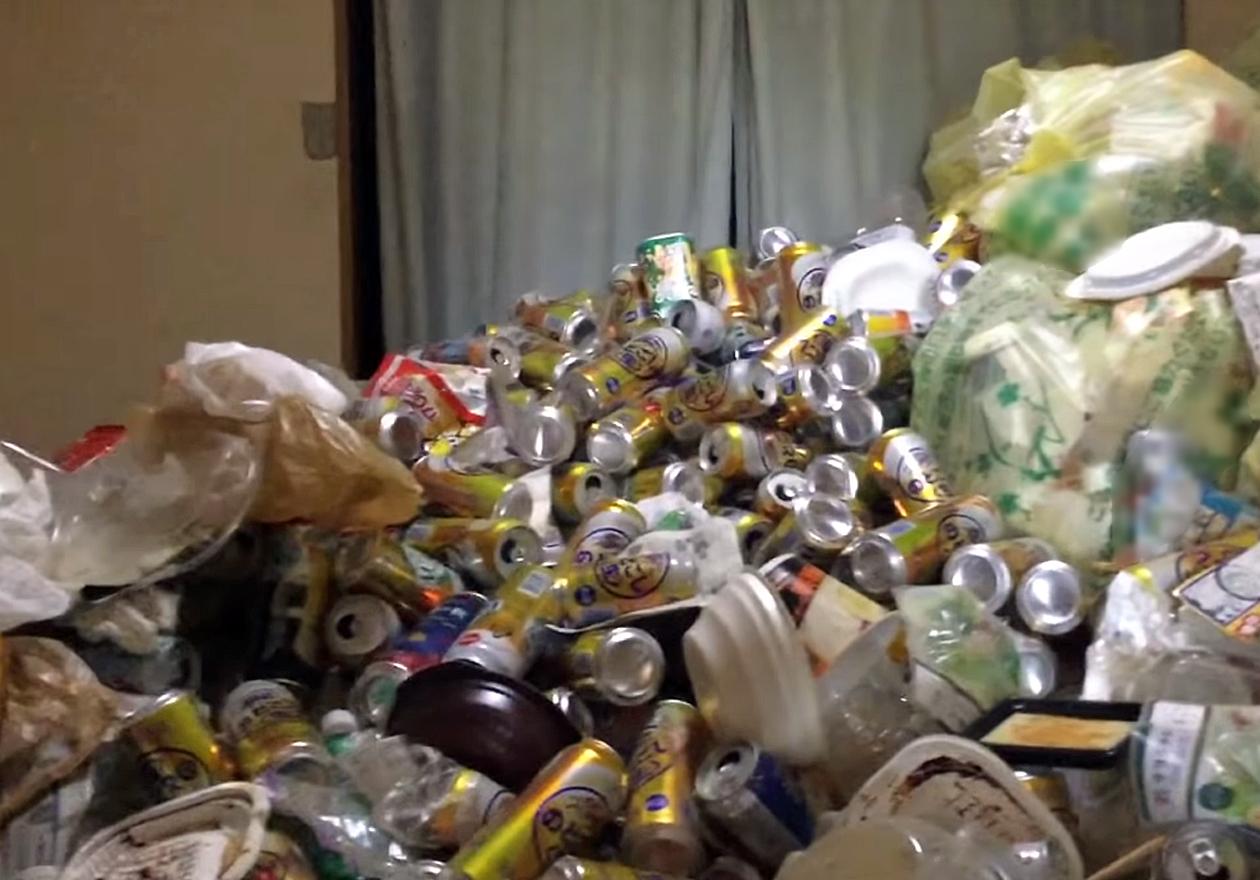 5年分の缶と可燃ゴミで溢れたゴミ屋敷!作業前、リビングの画像