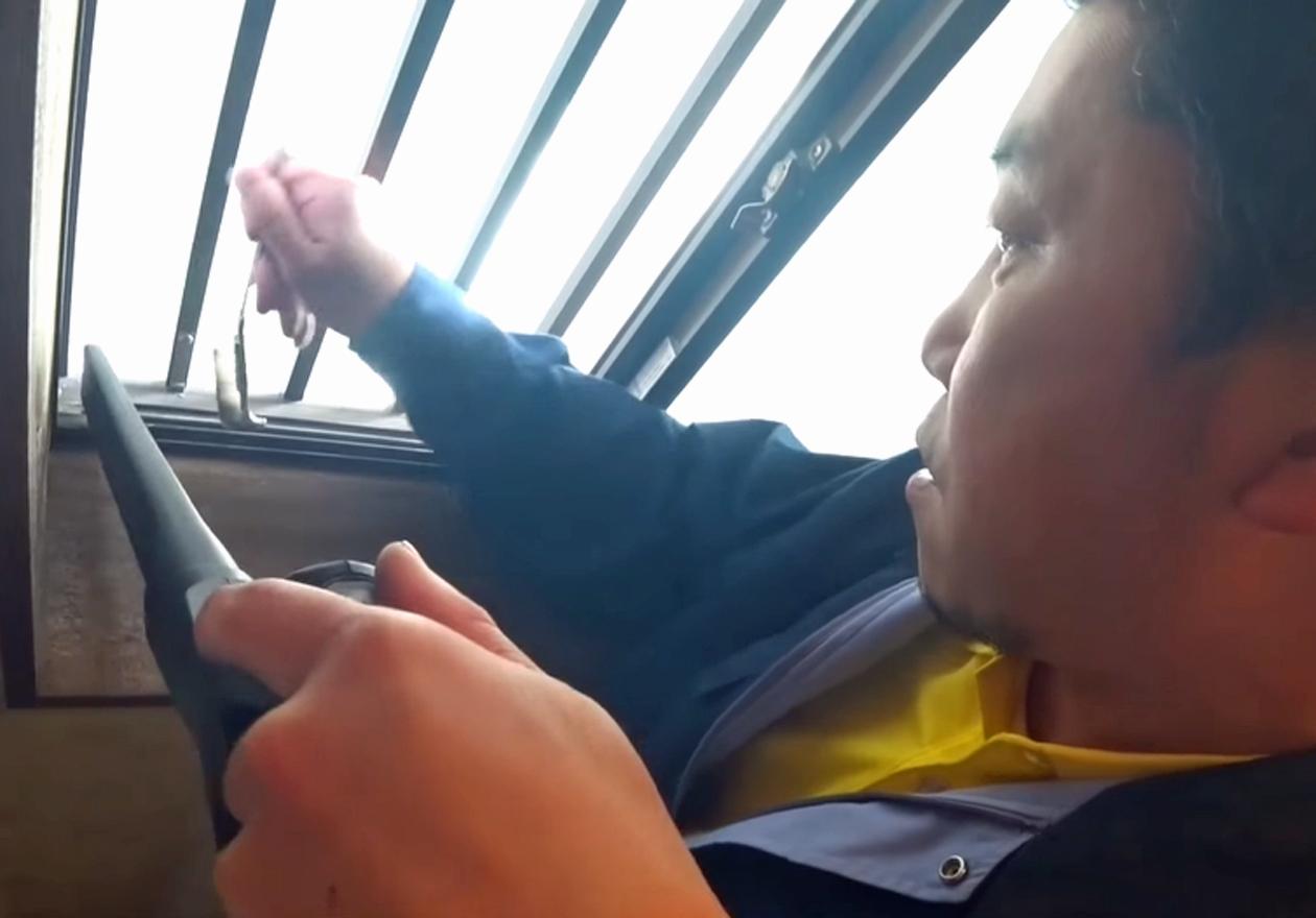 竹内さんが窓掃除をしている写真