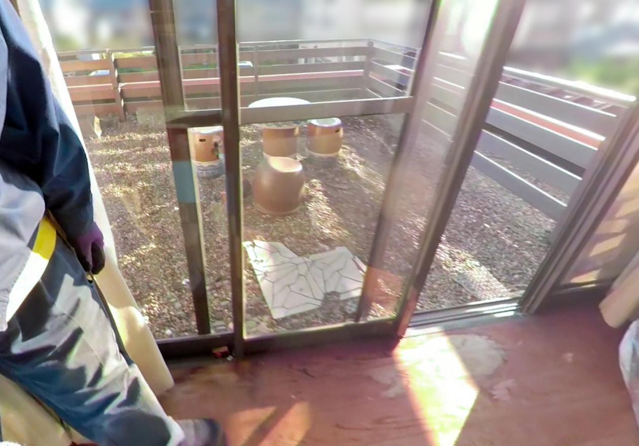 2階のベランダにあるお洒落なテーブルとイスの写真