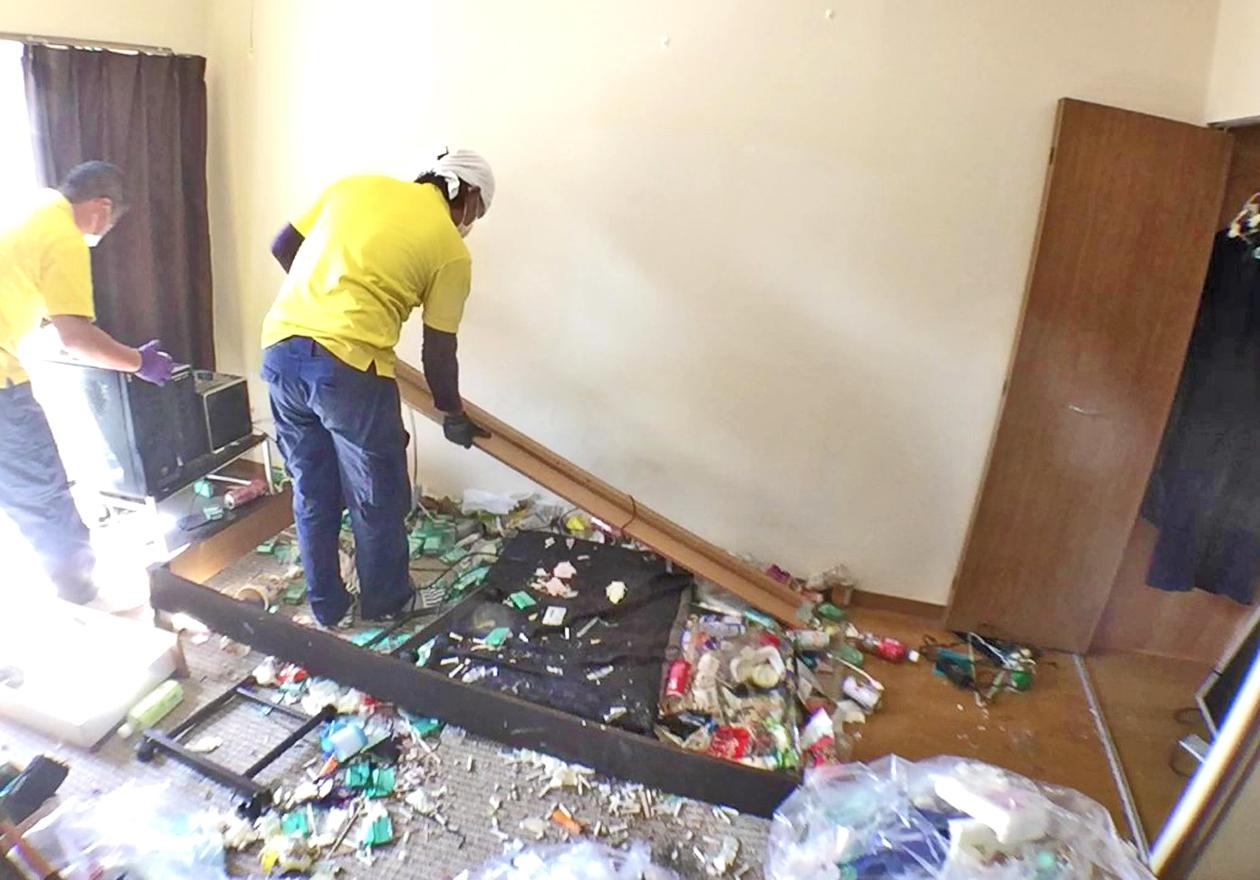 ベッドの解体をしている写真