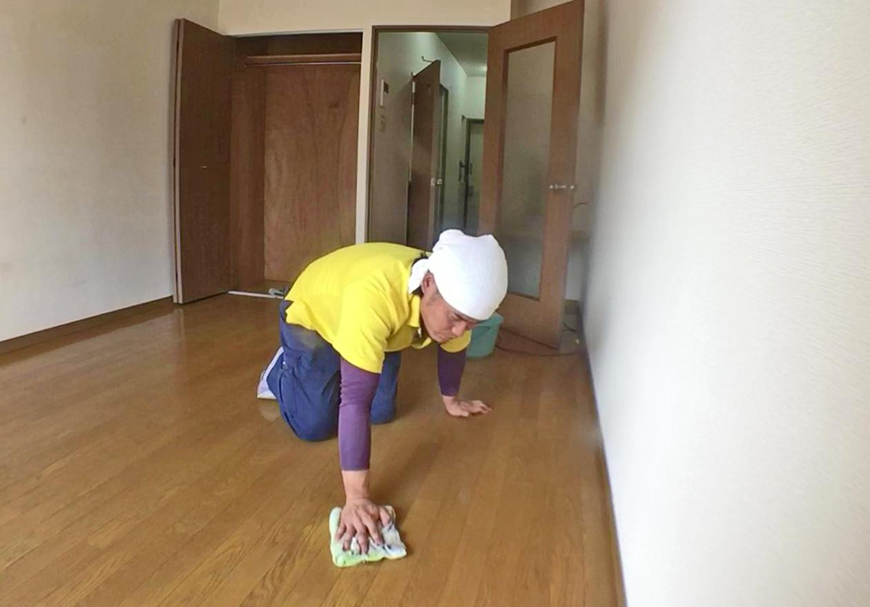 床の拭き掃除をしている写真