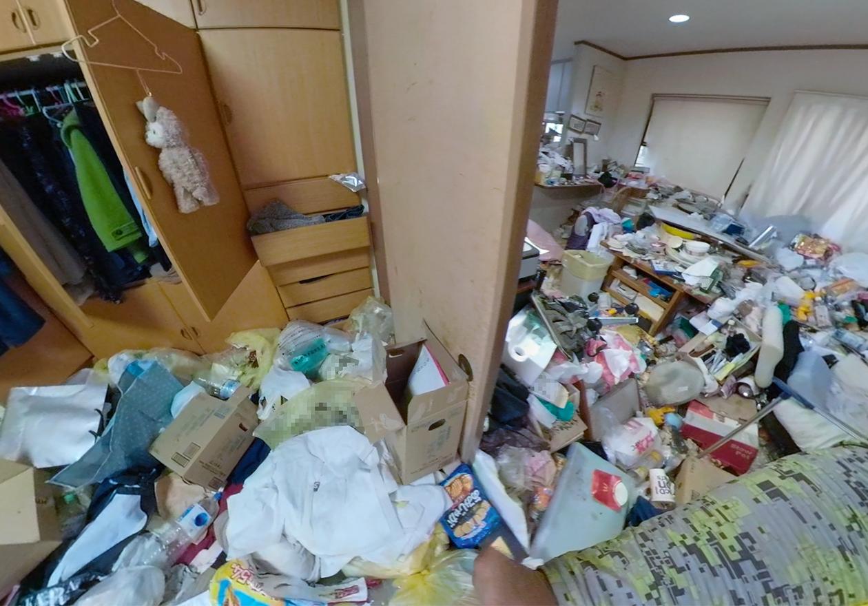 ゴミ屋敷の寝室の写真