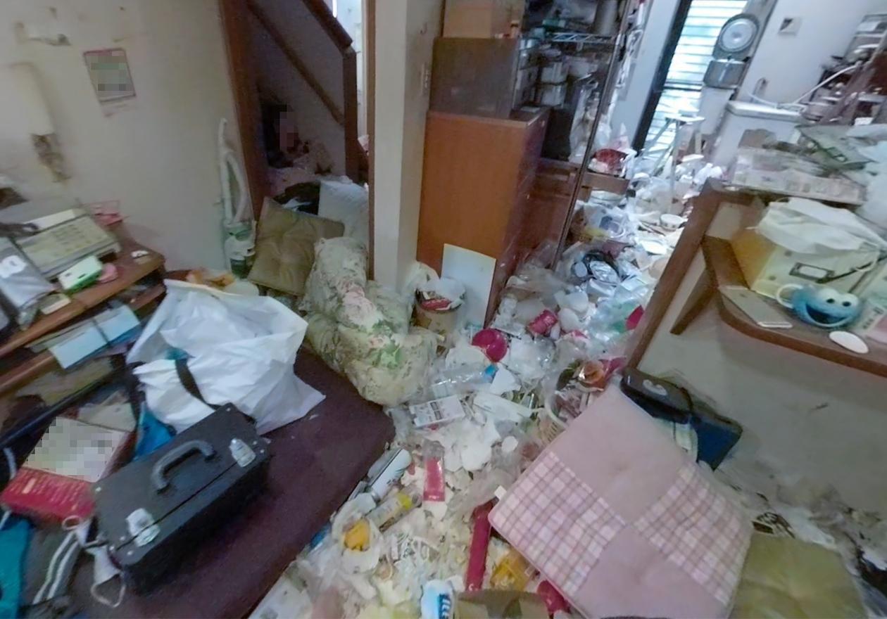 ゴミ屋敷の廊下の写真