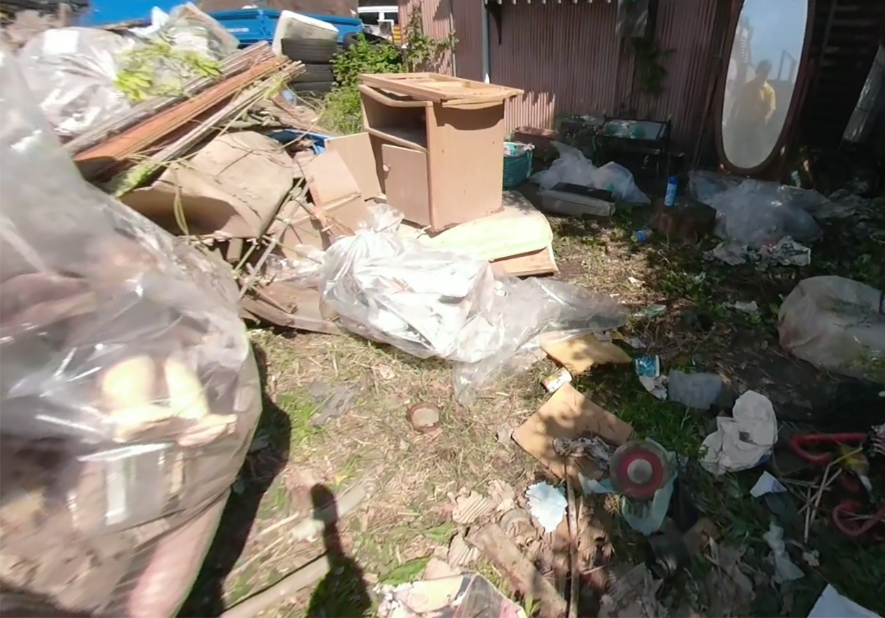 家の外のゴミの写真