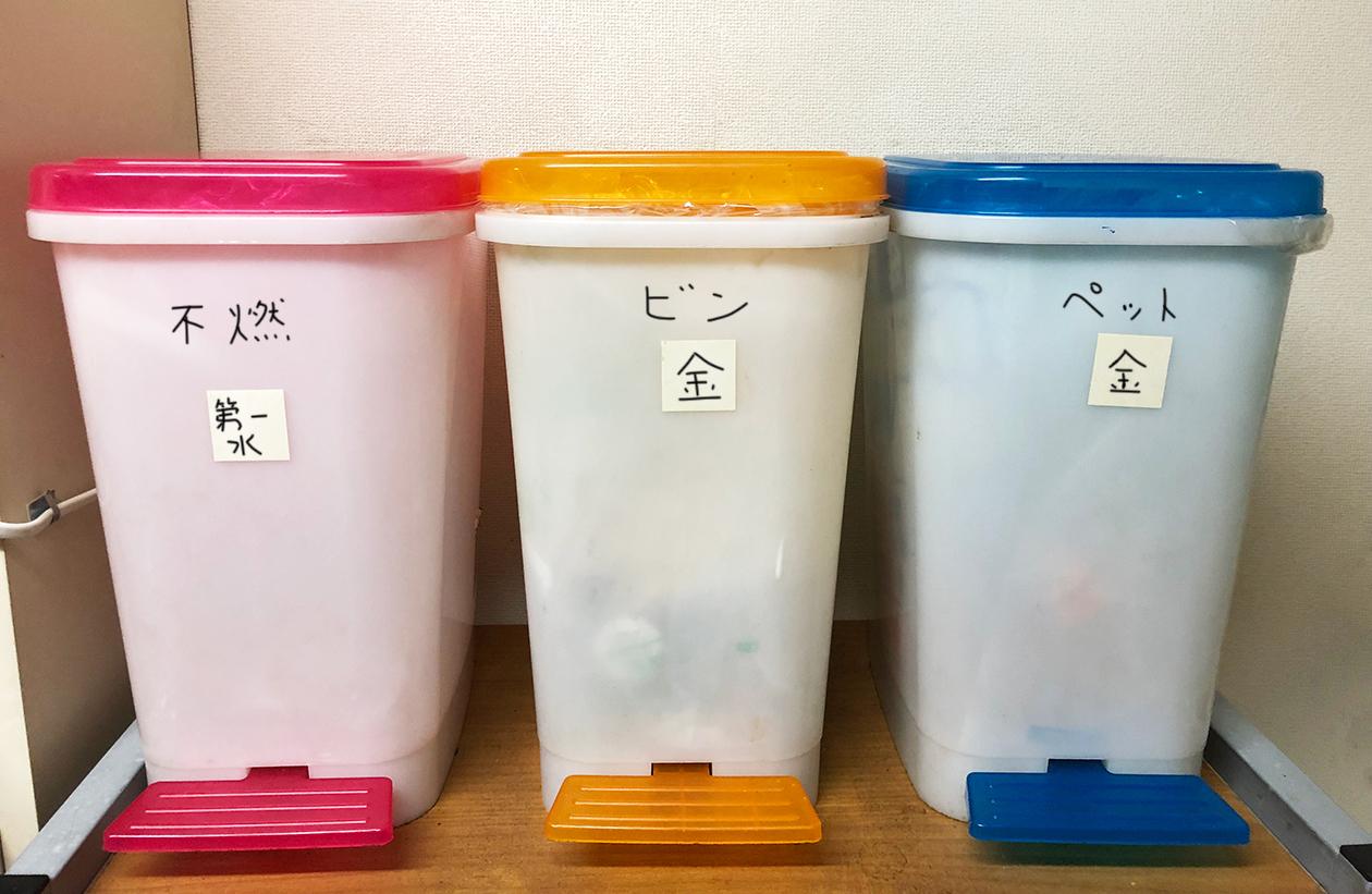 ゴミ出し日を書いたゴミ箱の写真