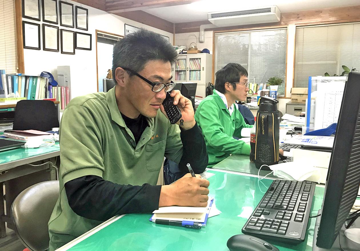 高橋さんが電話をしている写真