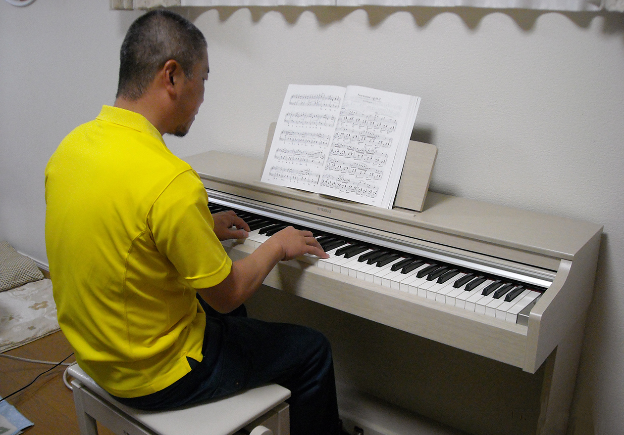 竹内がピアノを弾いている写真