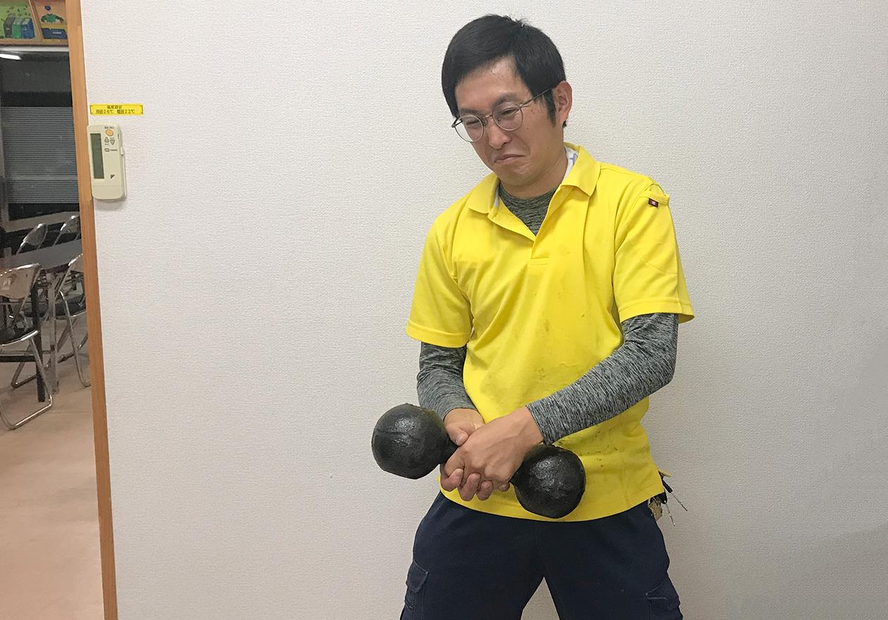 岡本君が筋力トレーニングをしている写真