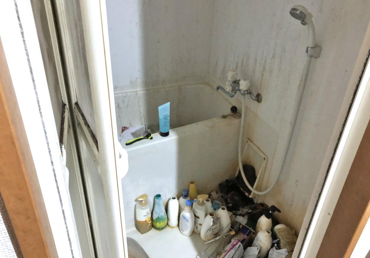たくさんシャンプーが置かれている片付け前のお風呂の様子
