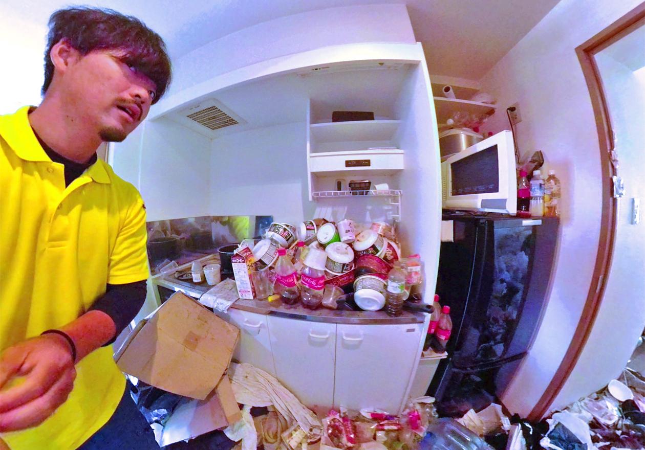 飲食後のゴミが山盛り状態な片付け前のキッチンの様子