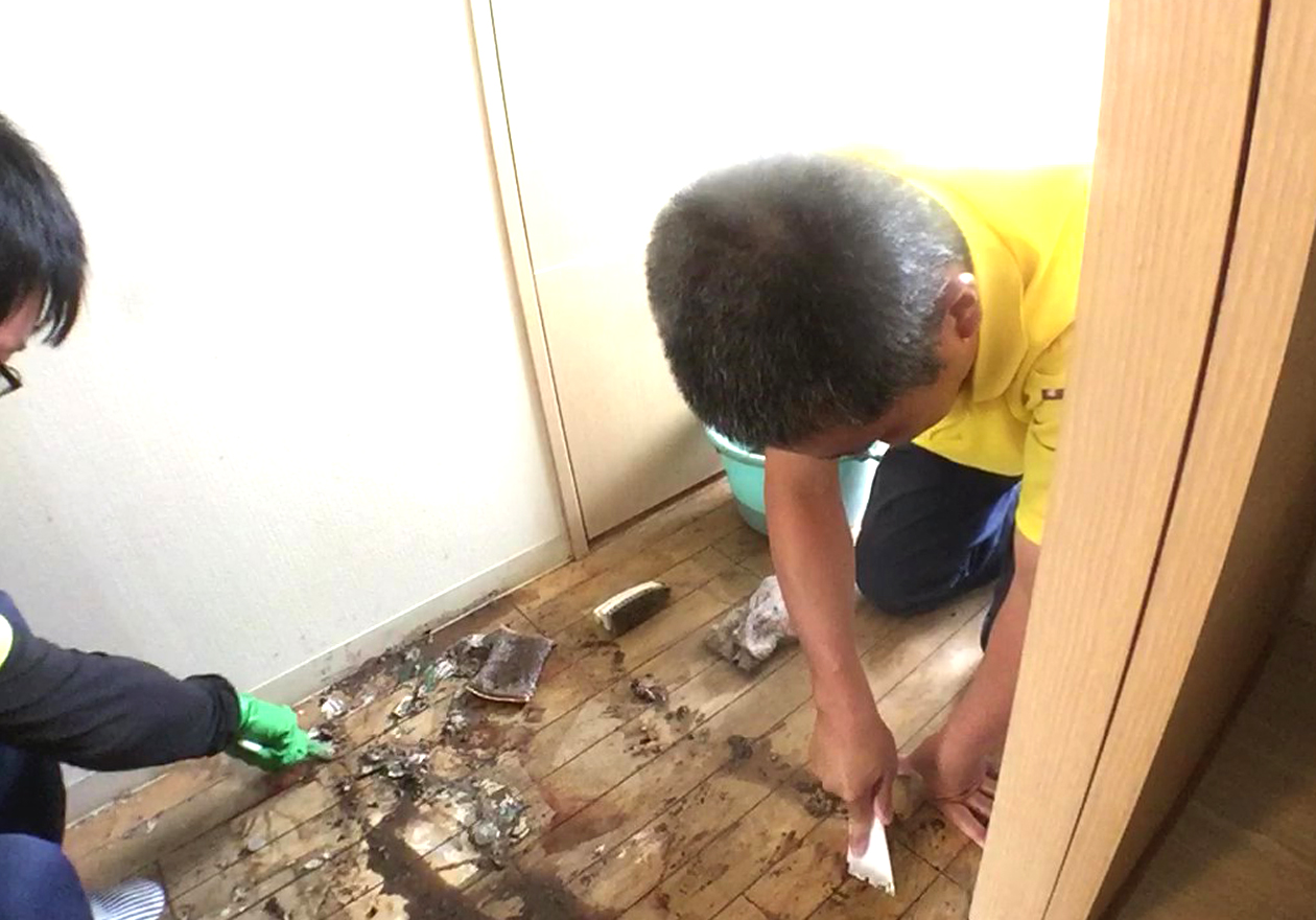 清掃中の玄関写真