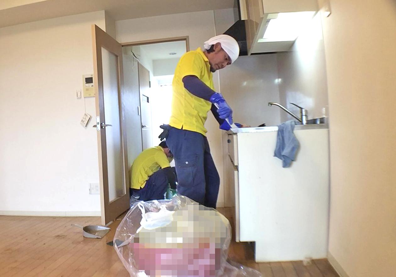 清掃中のキッチン写真