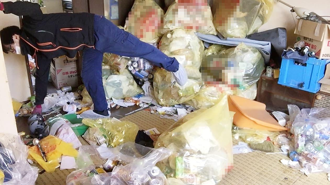 部屋の中にゴミ袋がたくさんある写真