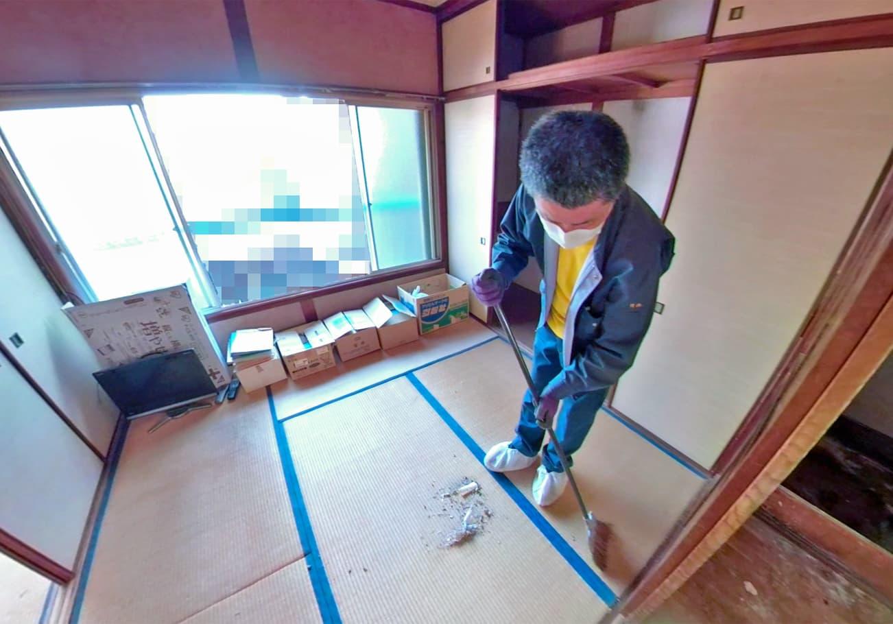 名古屋市2DK お部屋をホウキで清掃中の竹内