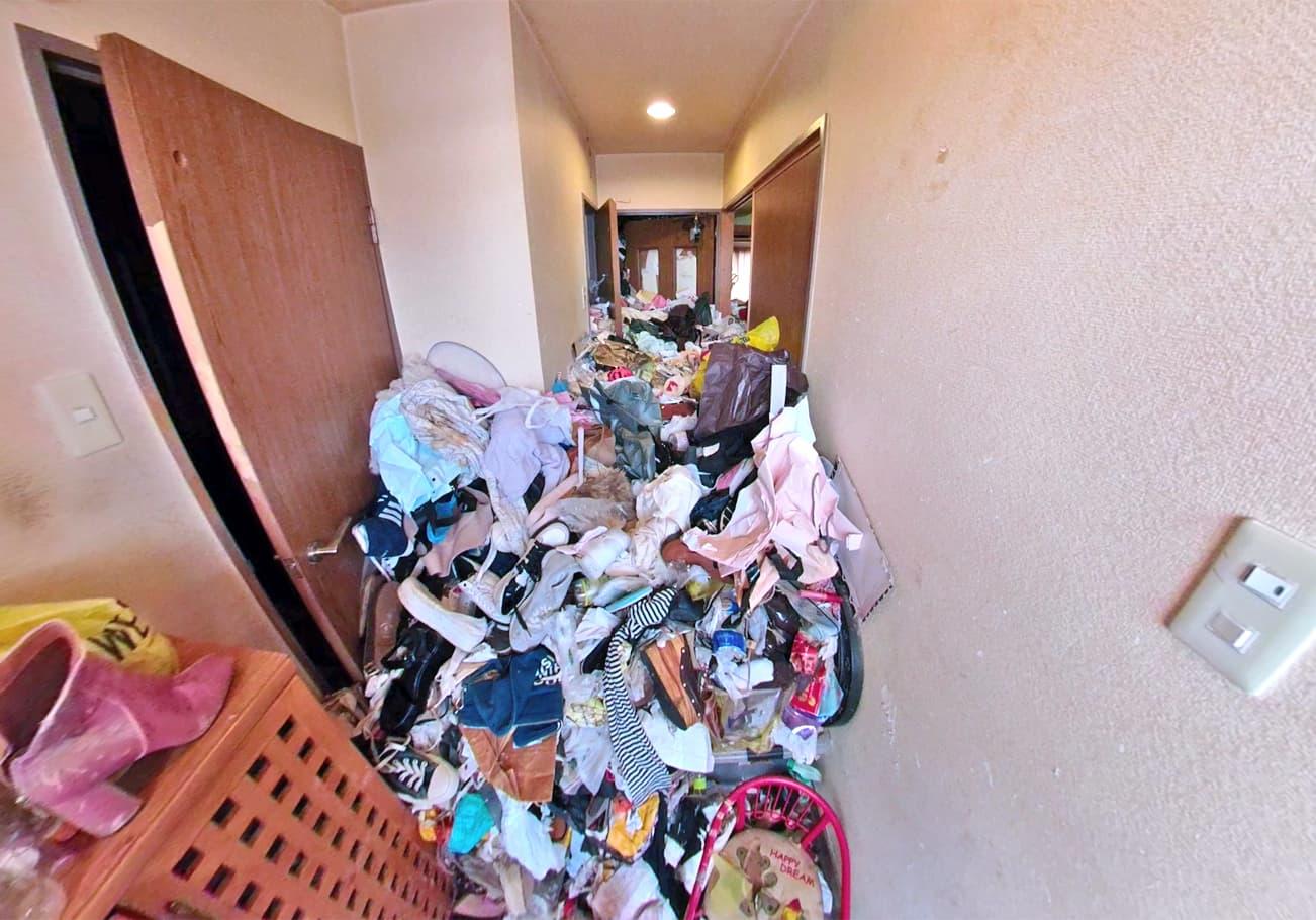 愛知県2LDK ゴミが天井近くまであるお部屋片付け前の玄関の様子