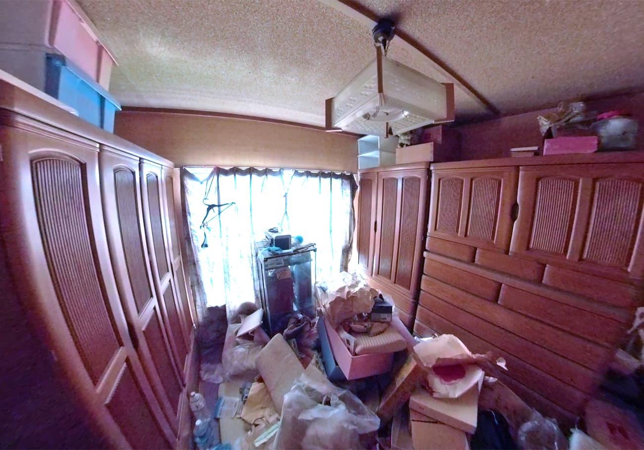 愛知県2LDK 片付け前の家具が多い部屋の様子