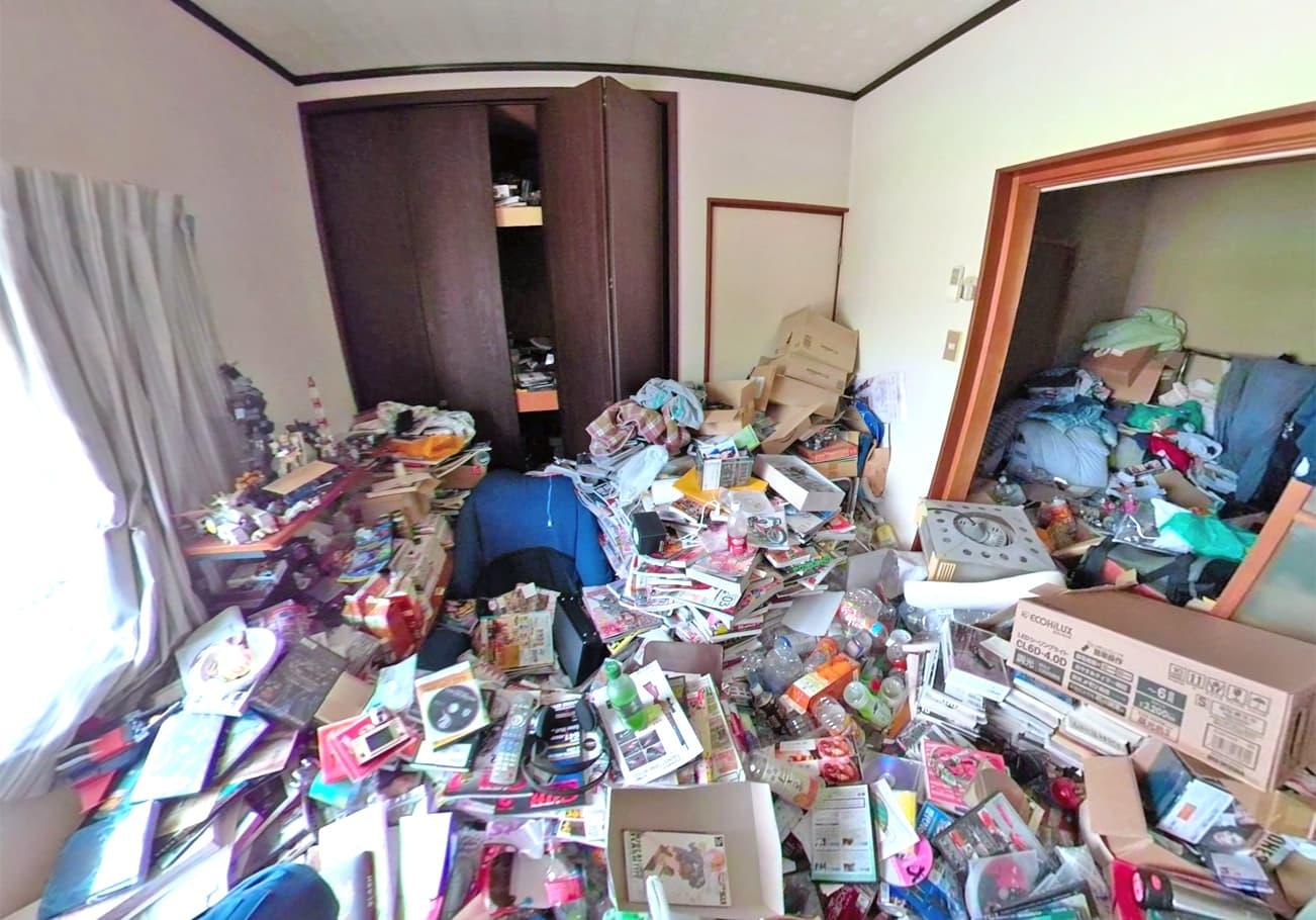 大府市2LDK 趣味の物でいっぱいのお部屋片付け前のリビングの様子