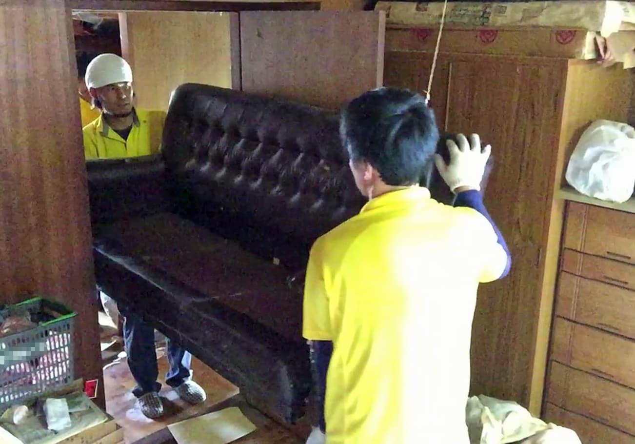 名古屋市6DK 2階からソファーを運び出す安永と宮井の様子