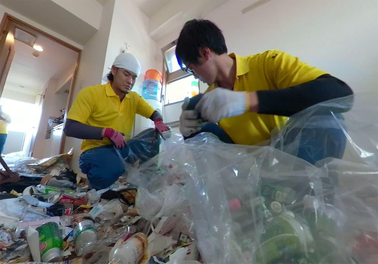 片付けトントンのスタッフがゴミ屋敷を片付けている写真1