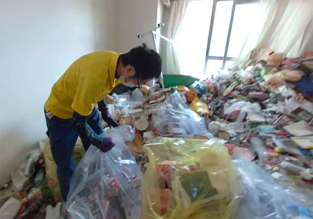片付けトントンのスタッフがゴミ屋敷を片付けている写真2