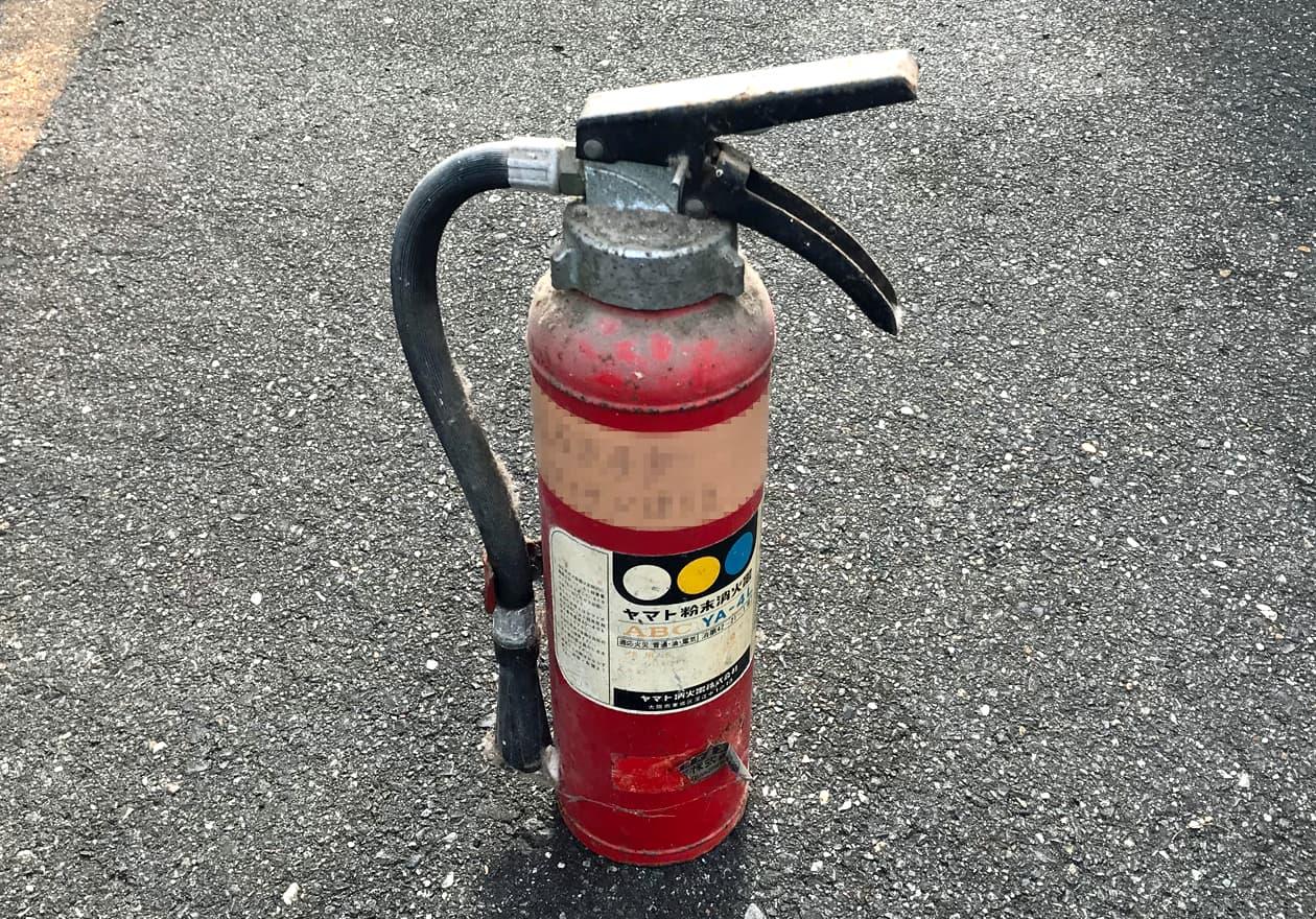古くなった消火器の写真
