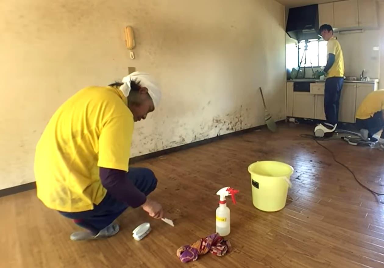 リビングの床を清掃している安永の様子