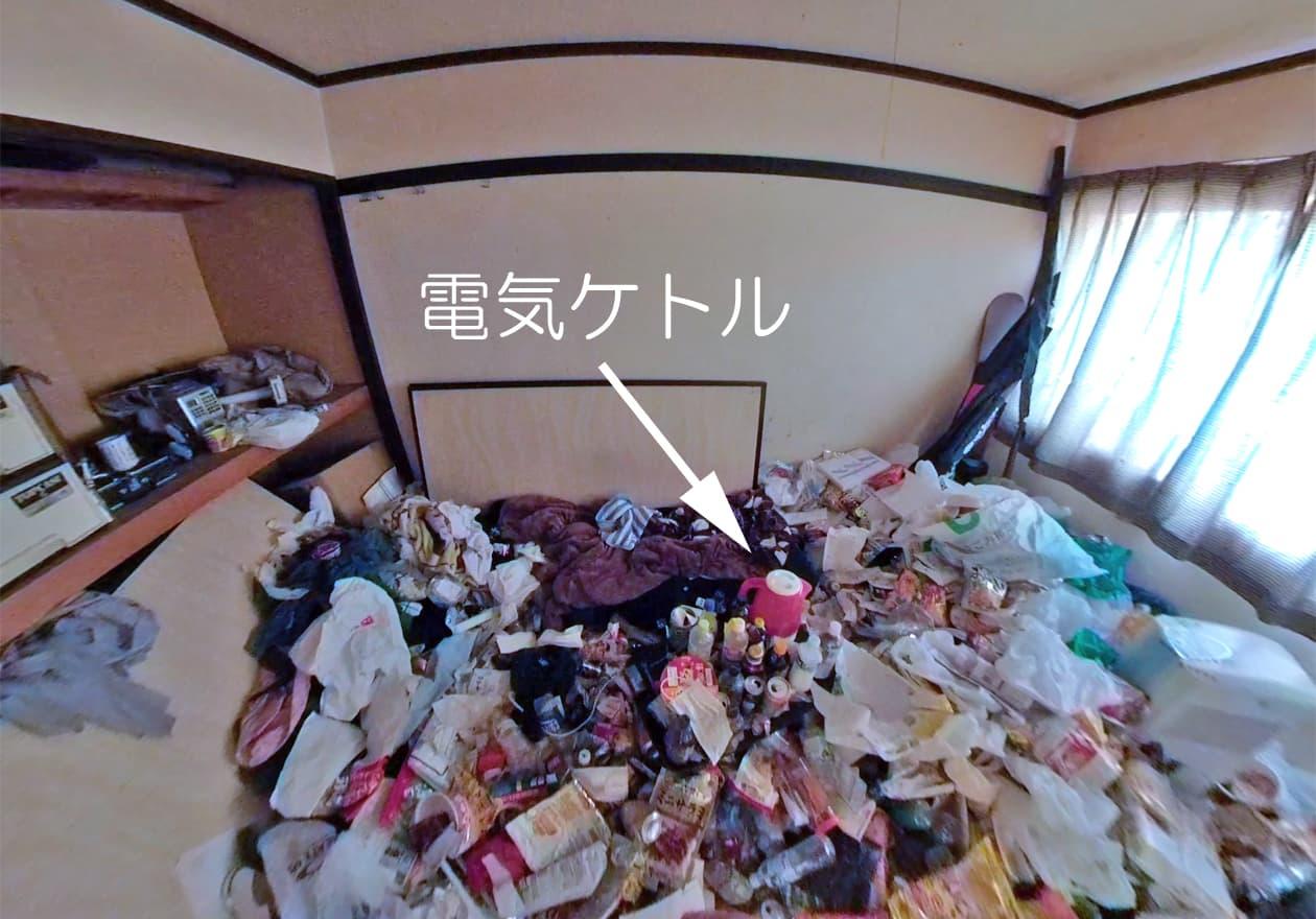 お部屋の中心付近に埋もれている電気ケトルの写真