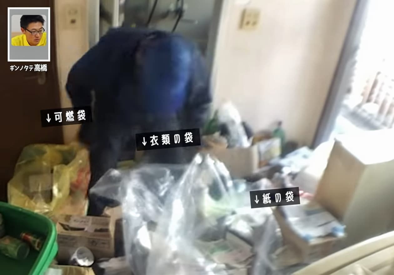 可燃ゴミ、衣類、紙類の袋を3つ準備して玄関を片付けている様子