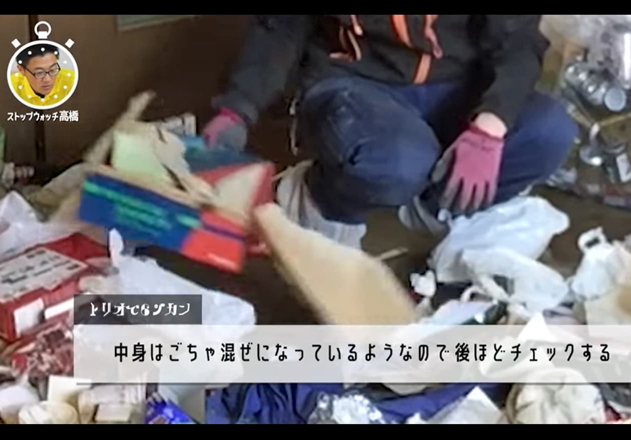細かい物が混ざった箱を一旦除ける宮井の様子