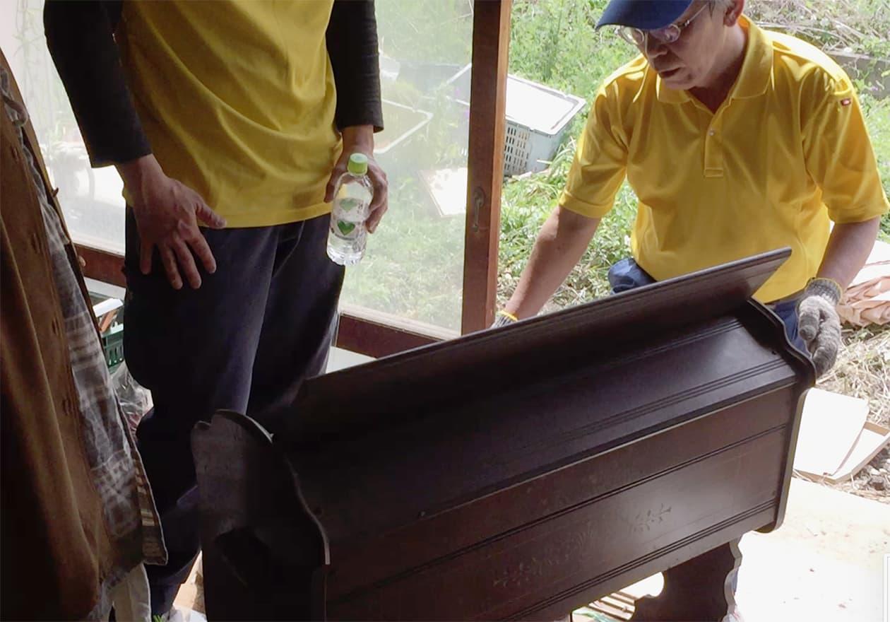 金魚オルガンを救出している写真
