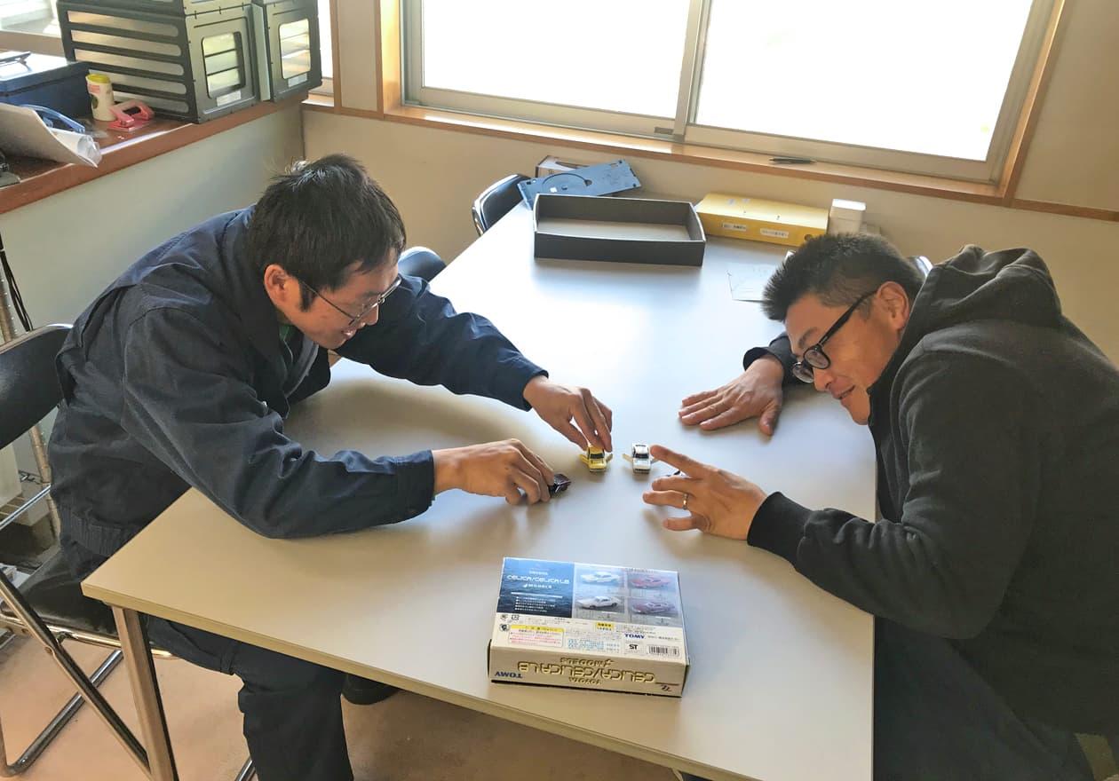 トミカで遊ぶ岡本さんと高橋さんの様子