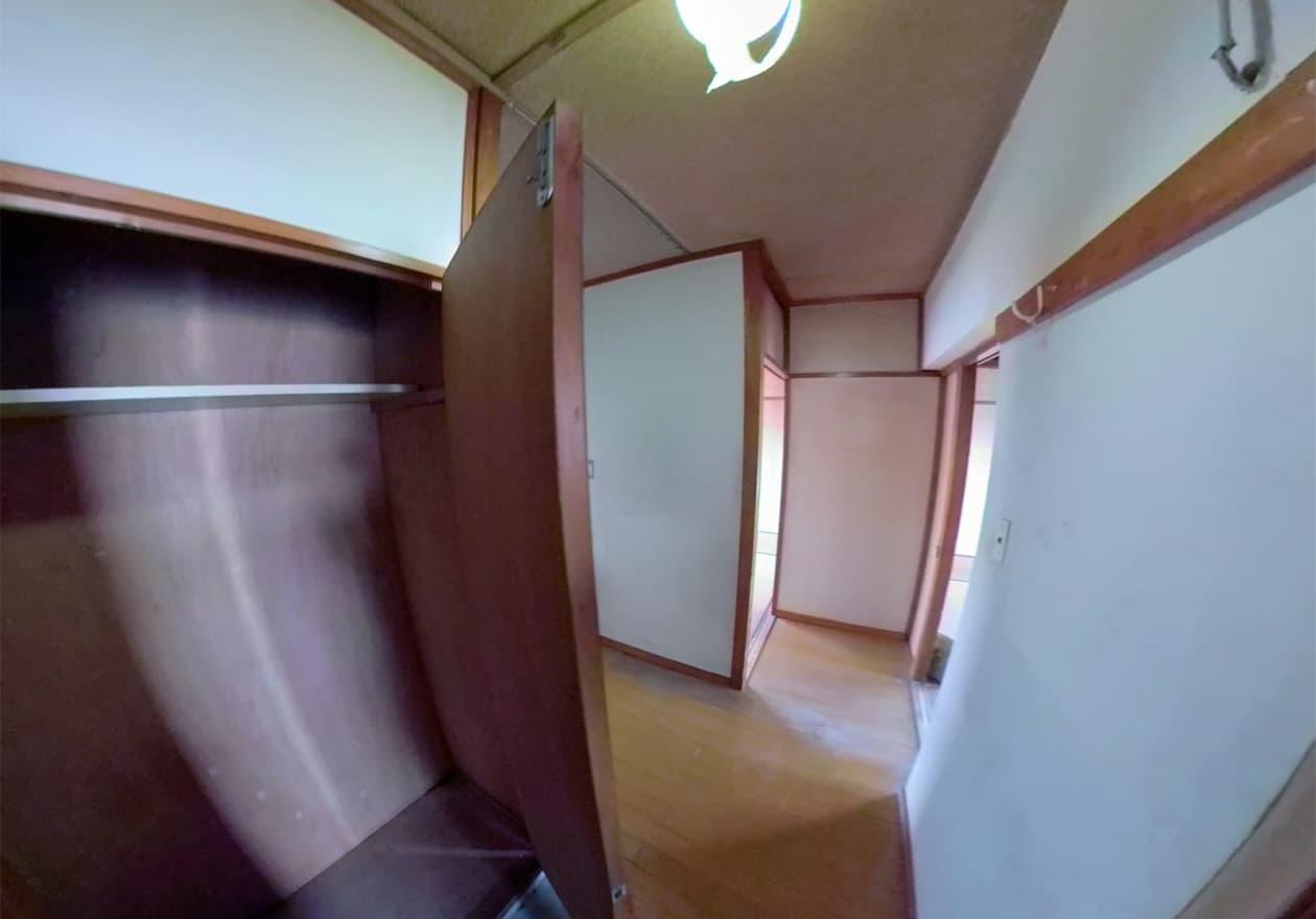 下駄箱の中も空っぽで、掃き掃除が終わった玄関周辺の様子
