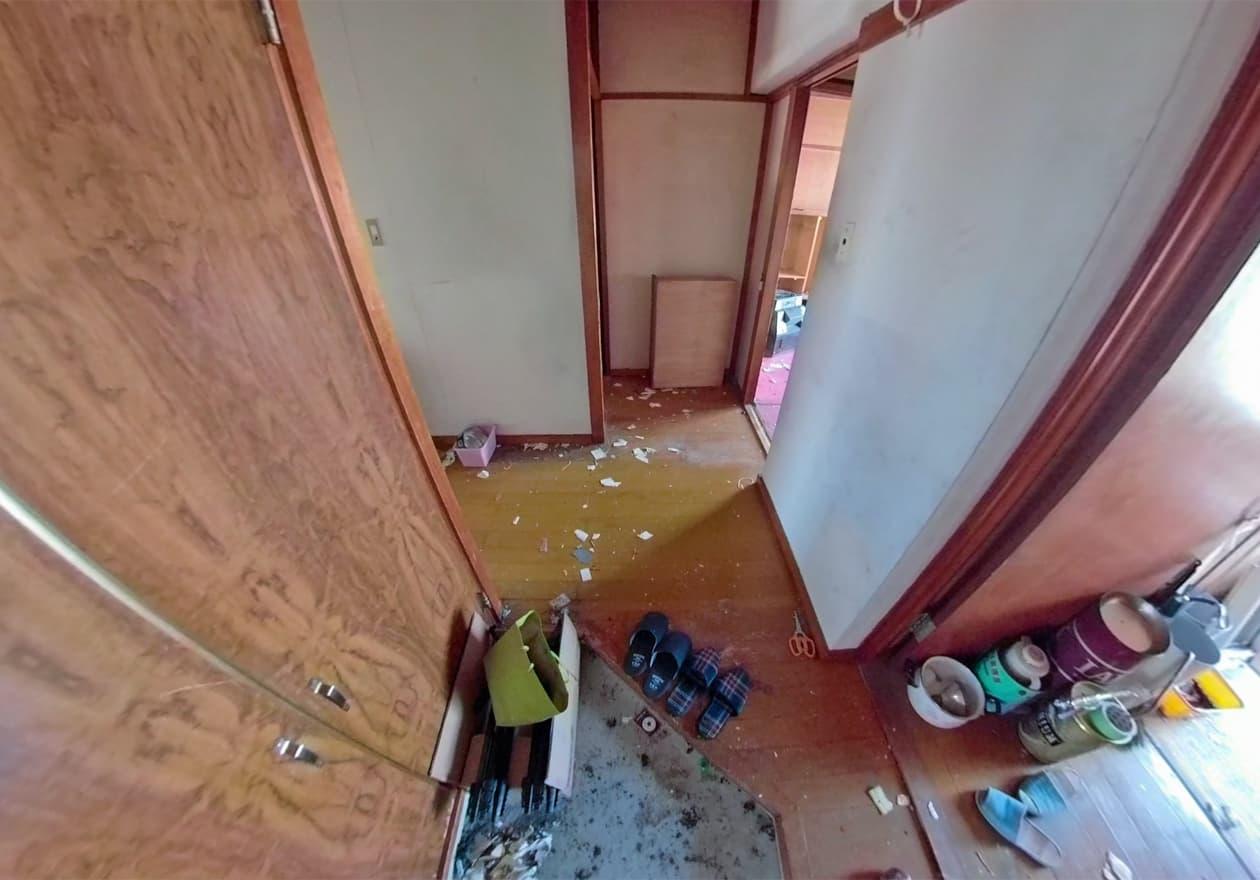 洗濯機や棚を処分した片付け途中の玄関周辺の様子