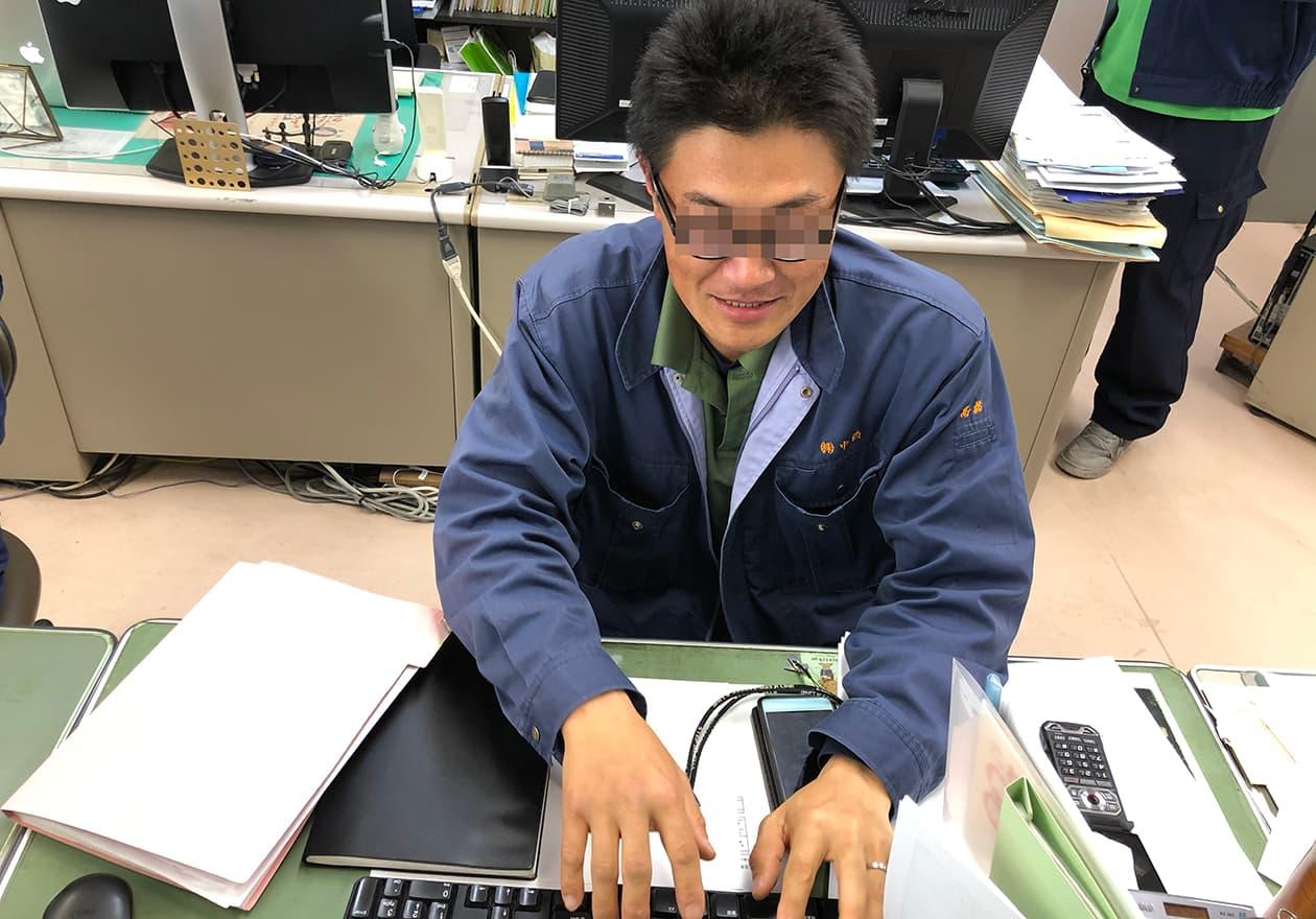 高橋君のデスクの写真