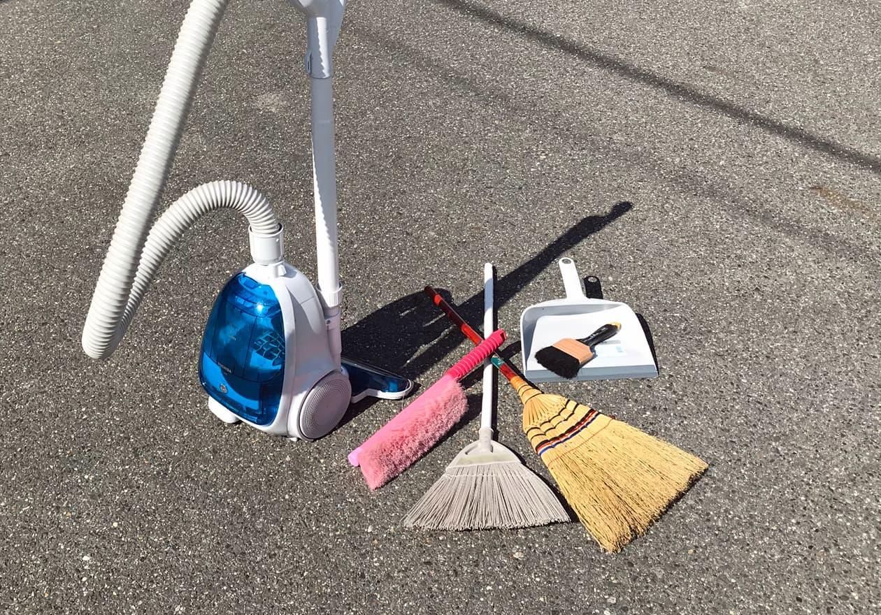 ホウキ、チリトリ、洗車ブラシ、刷毛(はけ)、掃除機の写真