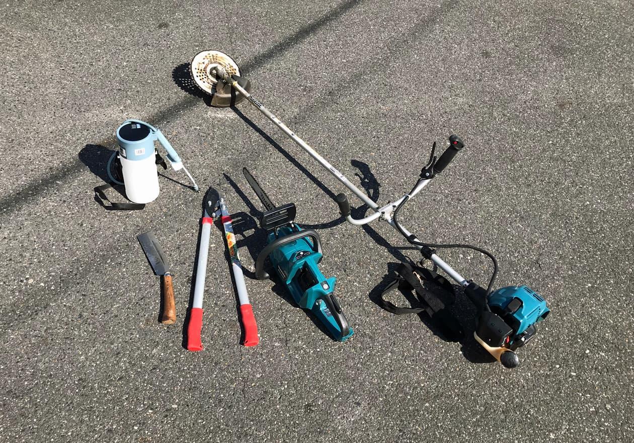 ナタ、太枝切バサミ、チェーンソー、草刈り機、噴霧器(除草用)の写真