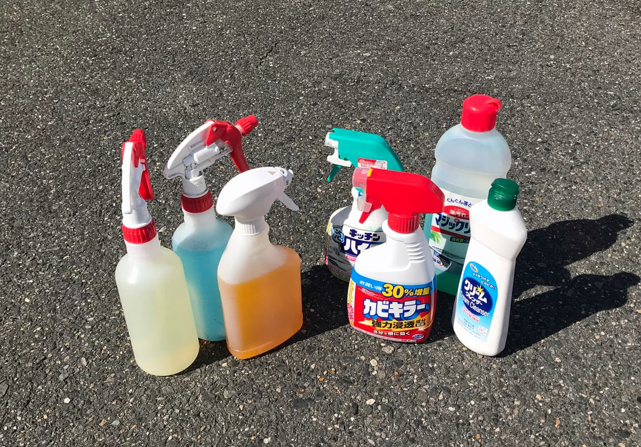 様々な洗剤が並んでいる様子の写真