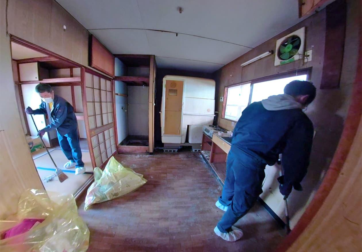 キッチンを掃き掃除しているスタッフの様子