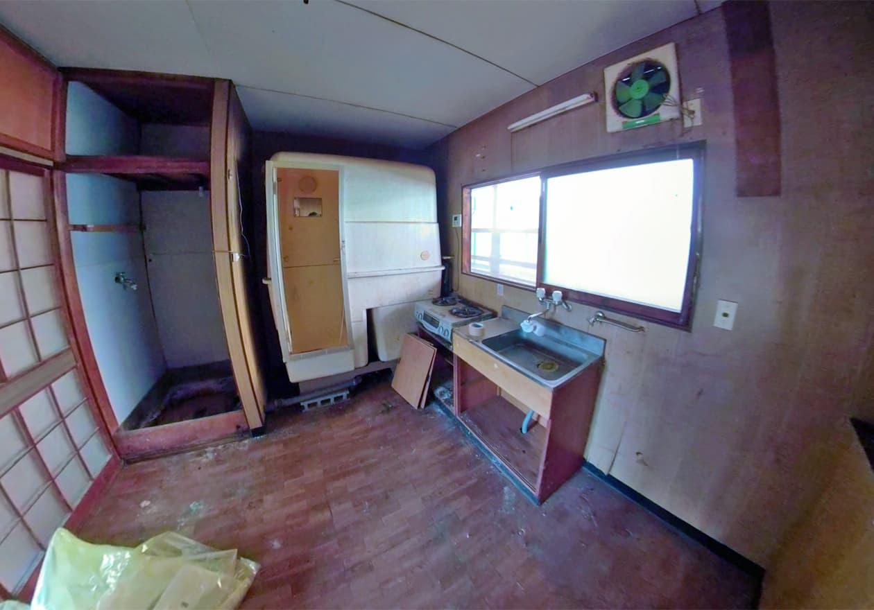 洗濯機や冷蔵庫を撤去した後のキッチン周辺の様子