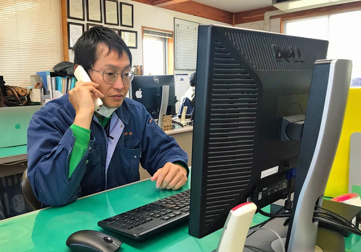 電話をしている岡本さんの様子
