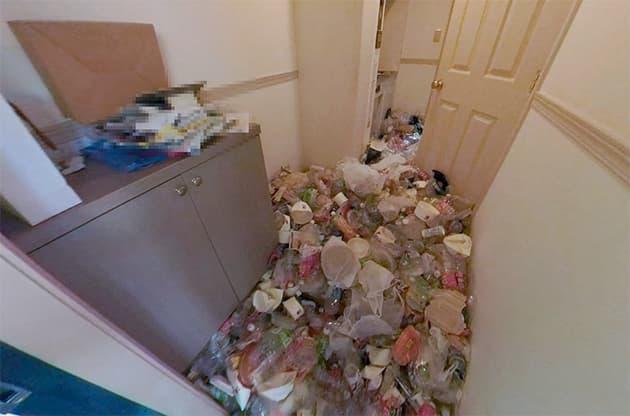 汚部屋の玄関の写真
