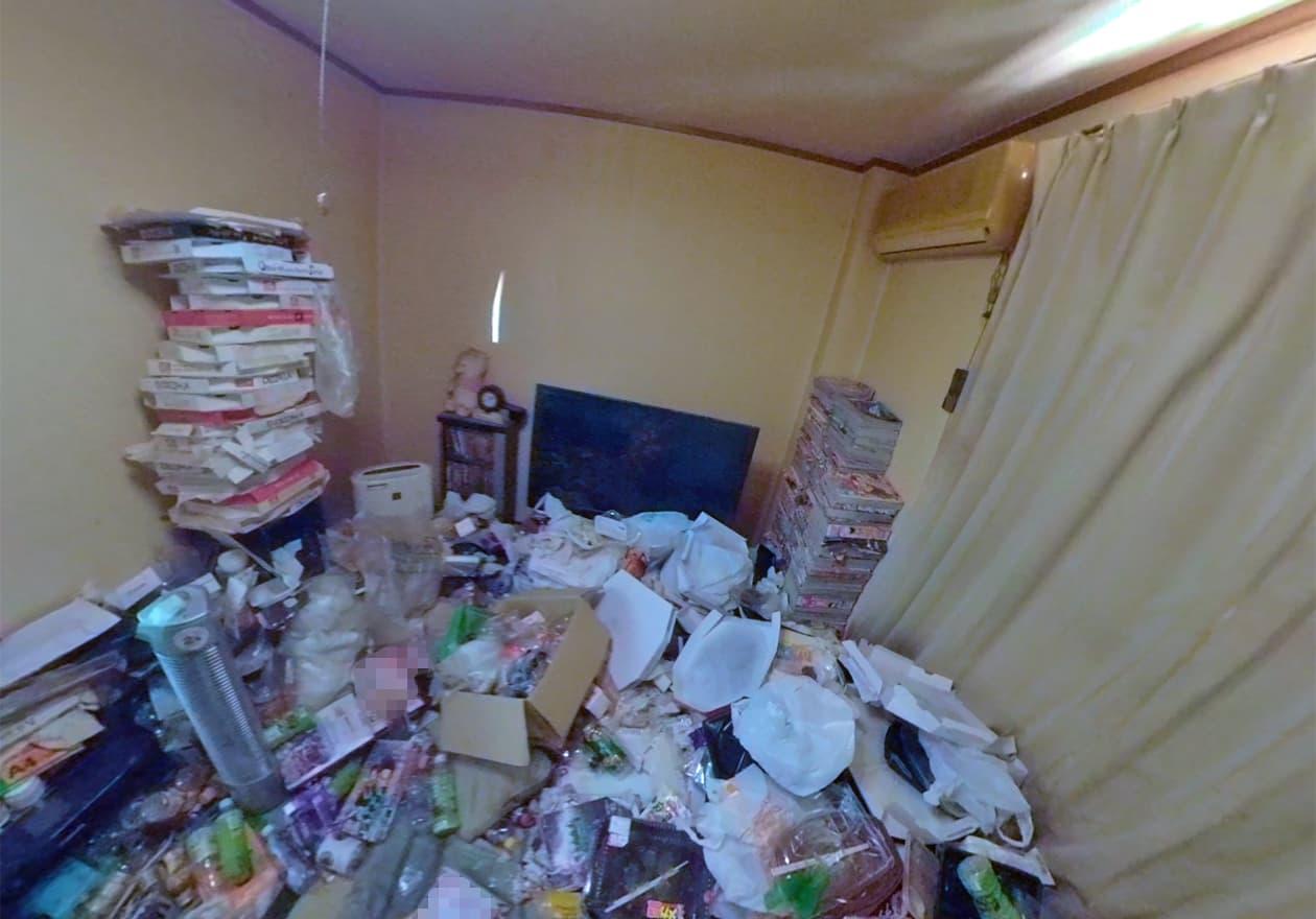 雑誌や宅配ピザの空箱が山積みとなっている寝室の様子